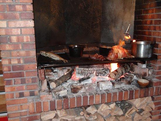 Dullin, Prancis: C'est dans la cheminée que grillent les plats principaux
