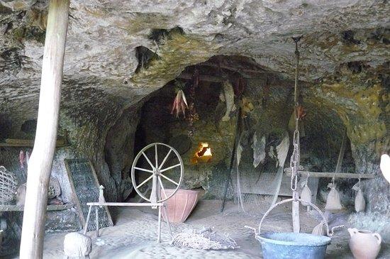 Roque Saint-Christophe Fort et Cite Troglodytiques: Reconstitution d'une habitation