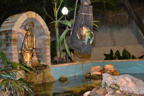 """Hostal y Paladar El Canonazo: Vijvertje met de """"Virgen de la Caridad del Cobre"""""""