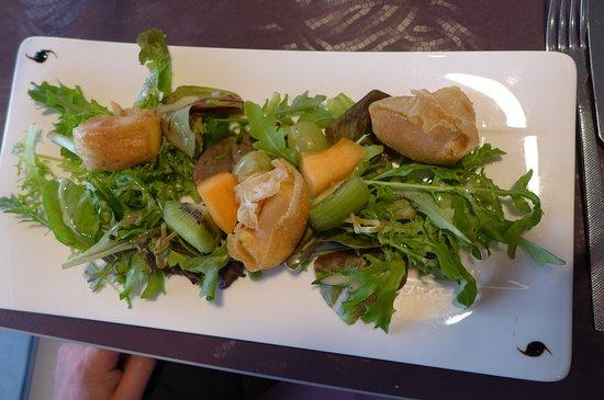 Vaux-sur-Mer, ฝรั่งเศส: En entrée : harmonie de saveurs pour le croustillant de camembert et fruits frais