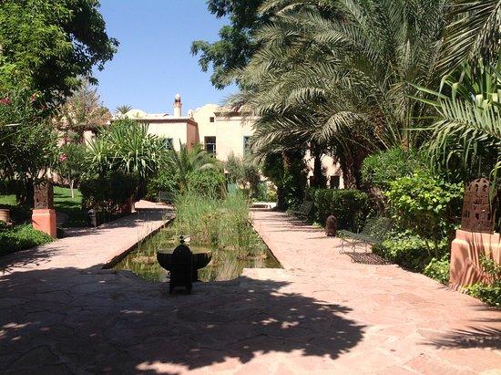 Les Deux Tours: Hotel gardens
