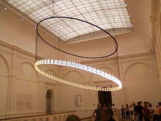 Museo Nacional de Arte Moderno (Stedelijk Museum): lustre en mouvement motorisé et Eclairage modulable