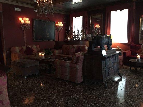 Metropole Hotel: Wating room