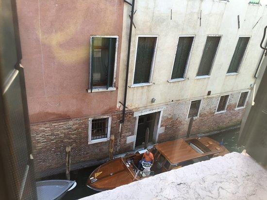 Metropole Hotel: Outside canal by bathroom window