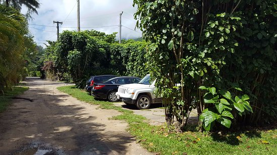 Hale Makai Cottages: Parking Area