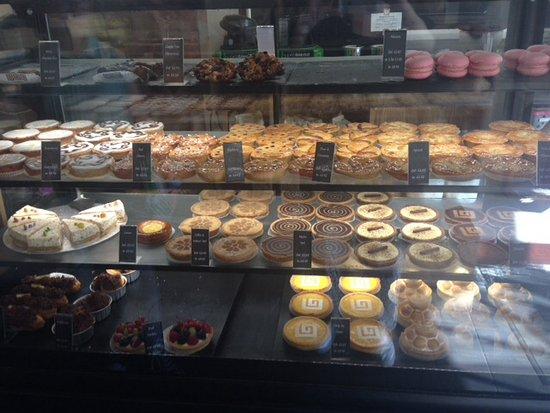 Rickmansworth, UK: Cakes at Cinnamon Square