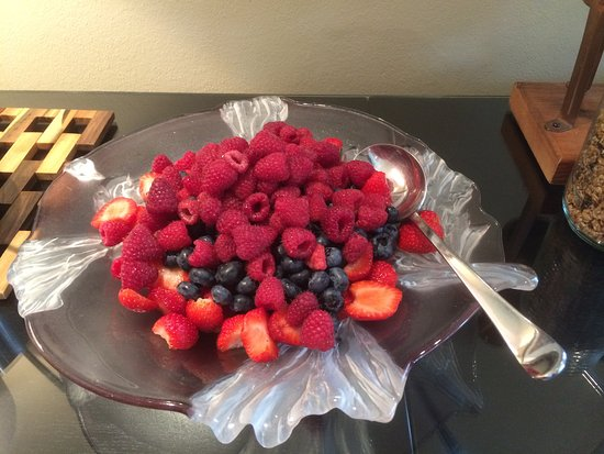 Avery House B&B: Abundant in season berries1