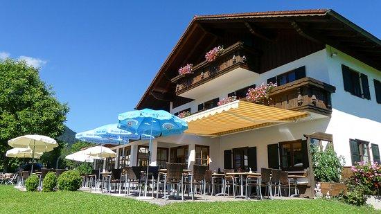 Upper Bavaria, ألمانيا: Das Gästehaus und Cafe Habersetzer mit Sonnenterrasse