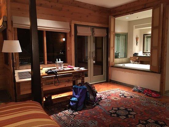Ventana Inn & Spa: View into the bathroom from bedroom