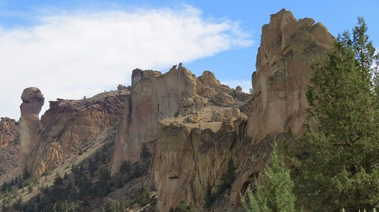 Smith Rock State Park: Monkey Face on the left. Climbers everywhere.