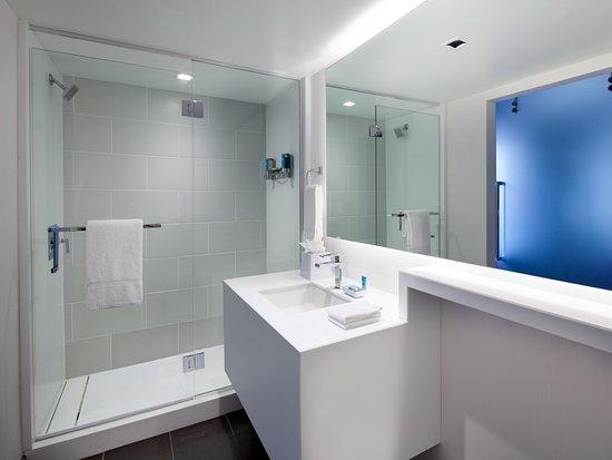Aloft Sunnyvale: Spacious Bathroom