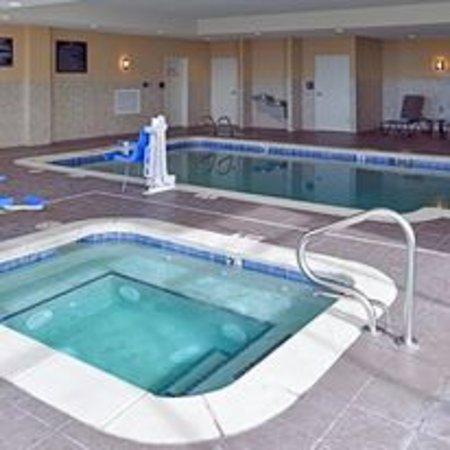 Hobbs, NM: Relax in the hot tub or the indoor heated pool.