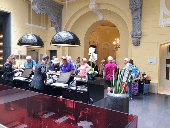 Hotel Palazzo Zichy: Front desk