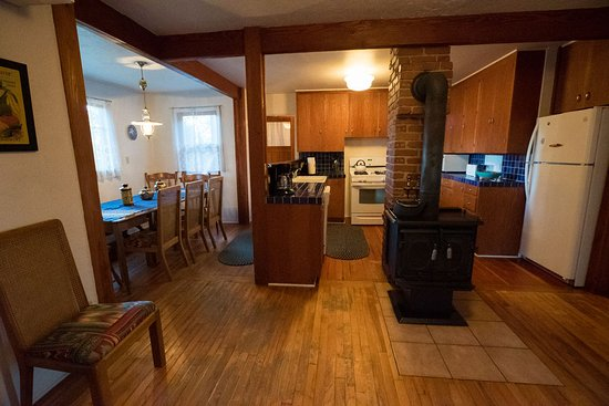 Cathedral Rock Lodge: A well stocked kitchen in the Homestead House