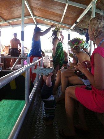 Muri, Kepulauan Cook: Sarong tying demo