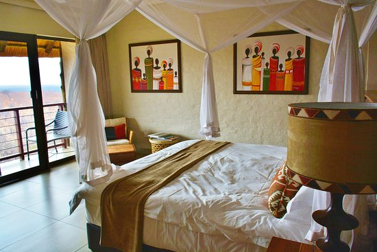 Victoria Falls Safari Club: Plenty of room and a marvelously comfortable bed. Slept like a baby!