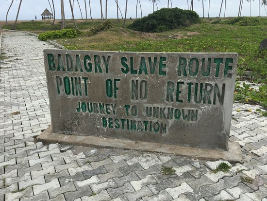 Badagry, Nigéria: The long route the slaves walk to get on the ship. The reason the island is know as the point of
