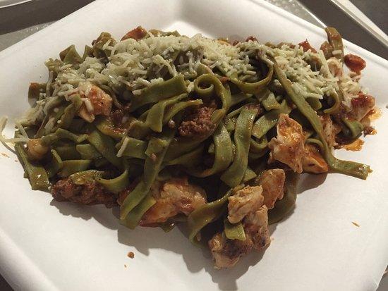 Tustin, Californien: Spinach fettucine with meat sausage and chicken