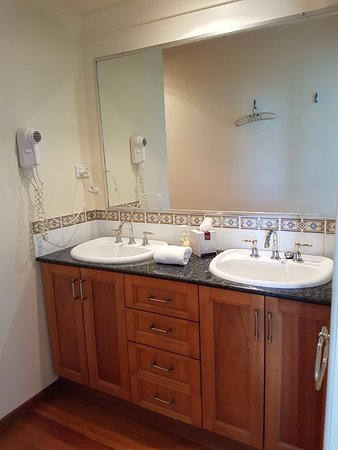 At Remingtons Lodge & Private Cottages: Outside bathroom double sink
