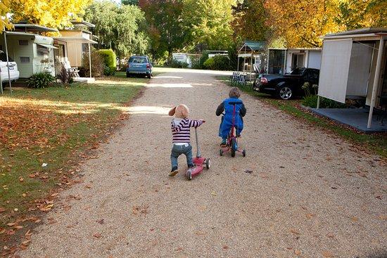 Porepunkah, Austrália: Kids on scooters