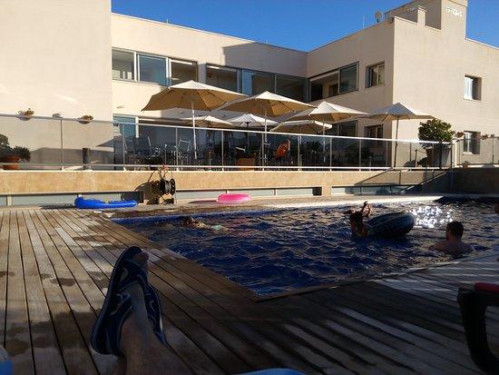 Apartamentos Albir palace: Zona de terraza y piscina.