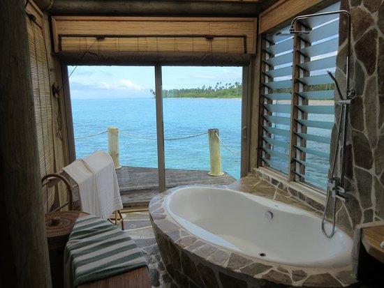 Coconuts Beach Club: Bath with a view