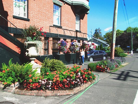 James Bay Inn Hotel Suites Cottage S Flower Gardens Out In