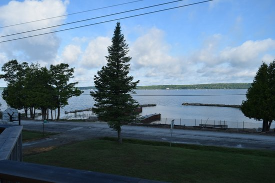 Wiarton, Canadá: Beautiful view of the private beach area and waterfront