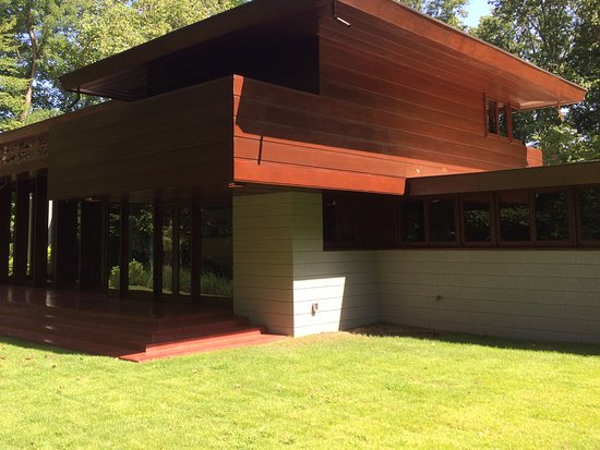 Bentonville, Αρκάνσας: Rear view of the F.L.Wright home built in unison with the environment.