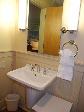Hotel Eldorado: bathroom sink and small table