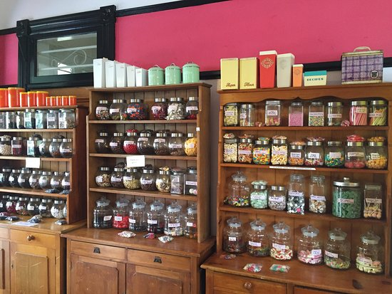 Maryborough, Australia: Jars of lollies and sweets line the walls of Mary Delicious. So tempting and so many old favouri