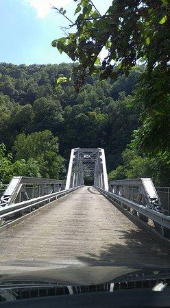 Lansing, Западная Вирджиния: Driving across the bridge