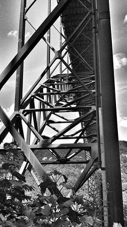 Lansing, Западная Вирджиния: One of three passes under the bridge.