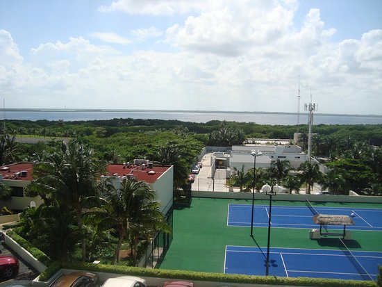 Golden Shores Crown Paradise: Tennis courts and basketball area