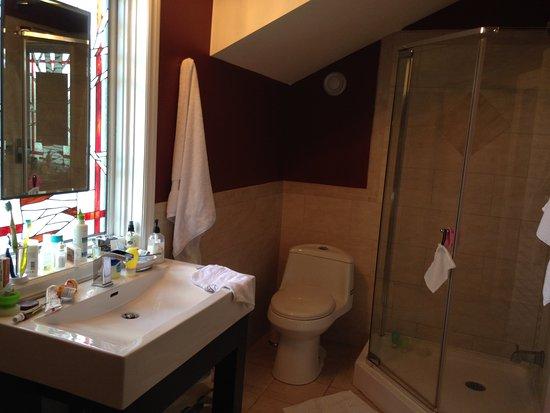 Dorset, Kanada: The Birch Room. Bright, spacious ensuite bathroom with shower & tub.