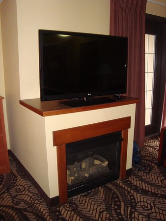MCM Elegante Lodge & Suites: Nice fireplace/ TV