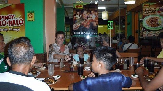 Висайские острова, Филиппины: Family Dinner.