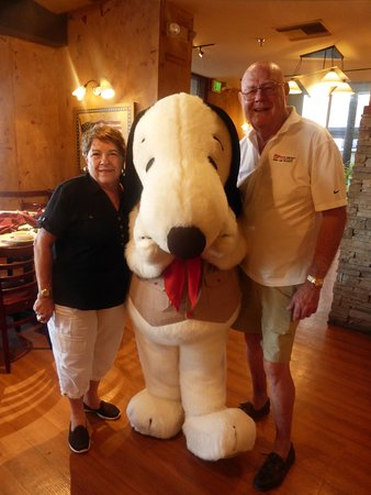 Knott's Berry Farm Resort Hotel: Snoopy visits the restaurant and poses for pictures