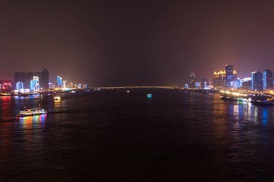 Wuhan Yangtze River Bridge: 長江の中間地点(橋の継ぎ目があるあたり)から北方向の景色