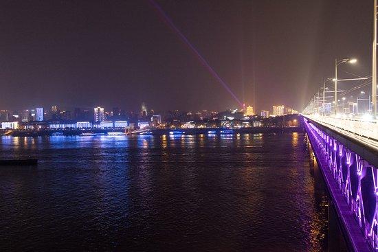 Wuhan Yangtze River Bridge: 長江大橋西端から東方向(小さくライトアップされた黄鶴楼が見える)