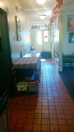 The Green Tortoise Hostel: Hallway where breakfast is laid out every morning. (tables on the left).