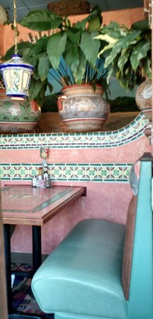 Canby, Орегон: Charming decor features tile, potted plants, lanterns, pottery
