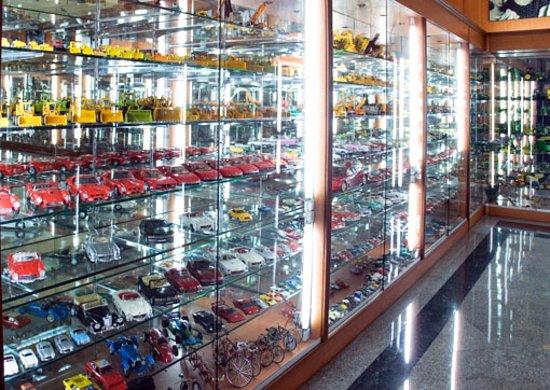 Lam Luk Ka, Thailand: รถเล็กหายากหลากหลายรูปแบบ เช่น โมเดลรถเบนซ์ สปอร์ต ซีรีย์ SL ฯลฯ