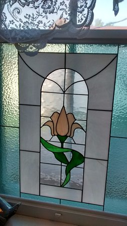 Brockville, Canada: Stain glass in the bathroom