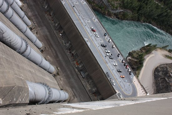 Revelstoke, Canadá: view of penstocks and the parking lot below