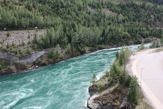 Revelstoke, Canadá: Columbia river after leaving the dam