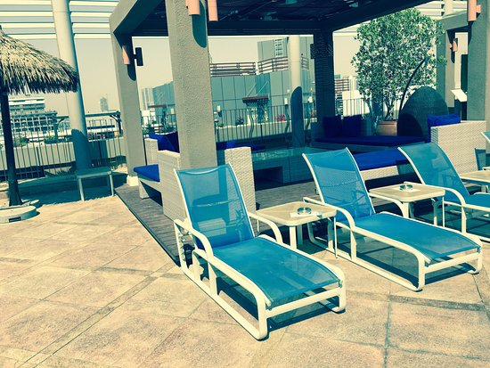 Radisson Blu Hotel, Dubai Media City: Rooftop bar and pool photos