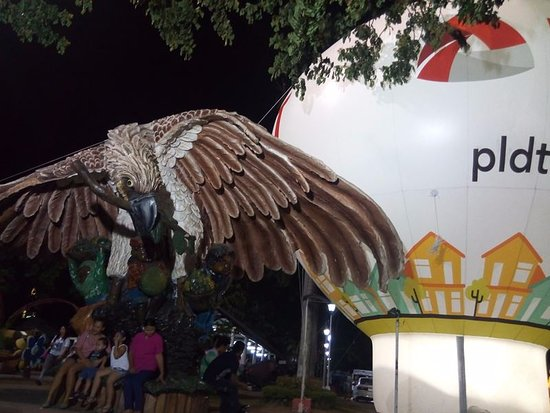 Davao City, Filippinerna: big eagle statue