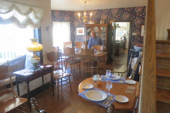 Coupeville, WA: Innkeeper Dave preparing a beautiful breakfast.