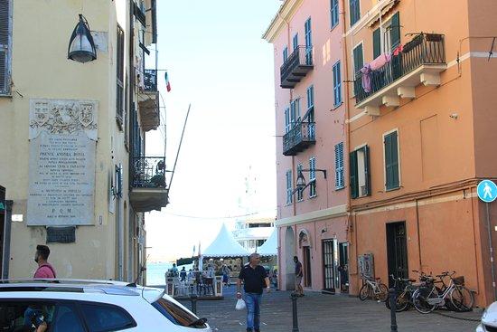 Oneglia, Ιταλία: памятная табличка на доме слева